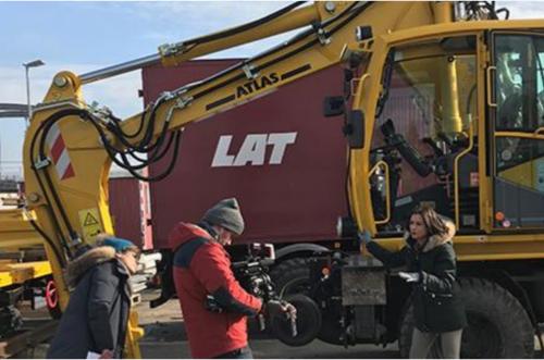 LAT Aktuell - Filmarbeiten bei der Einweihung eines neuen Zweiwegebaggers.