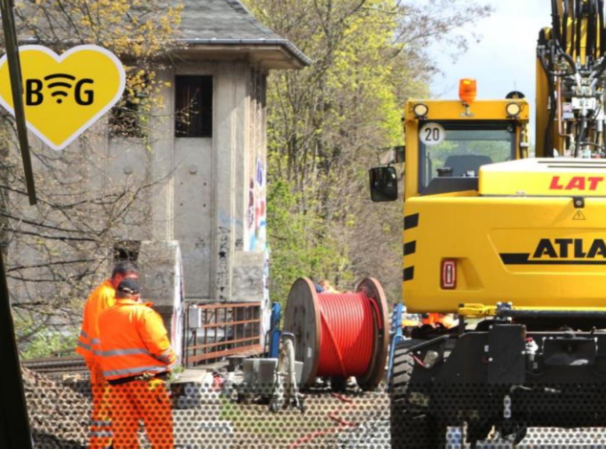 LAT aktuell - Baustelle mit LAT-Mitarbeitern, Kabeltrommel und Schienenbagger