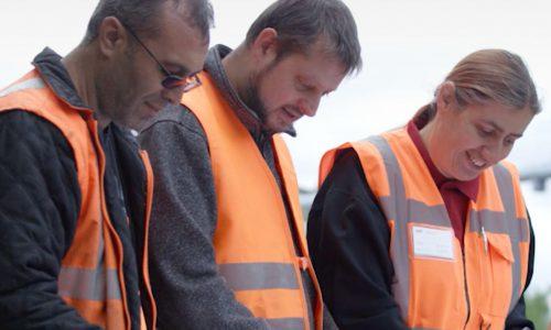 Dienstleistungen für die Verkehrswirtschaft - Drei LAT - Ingenieure studieren Baupläne