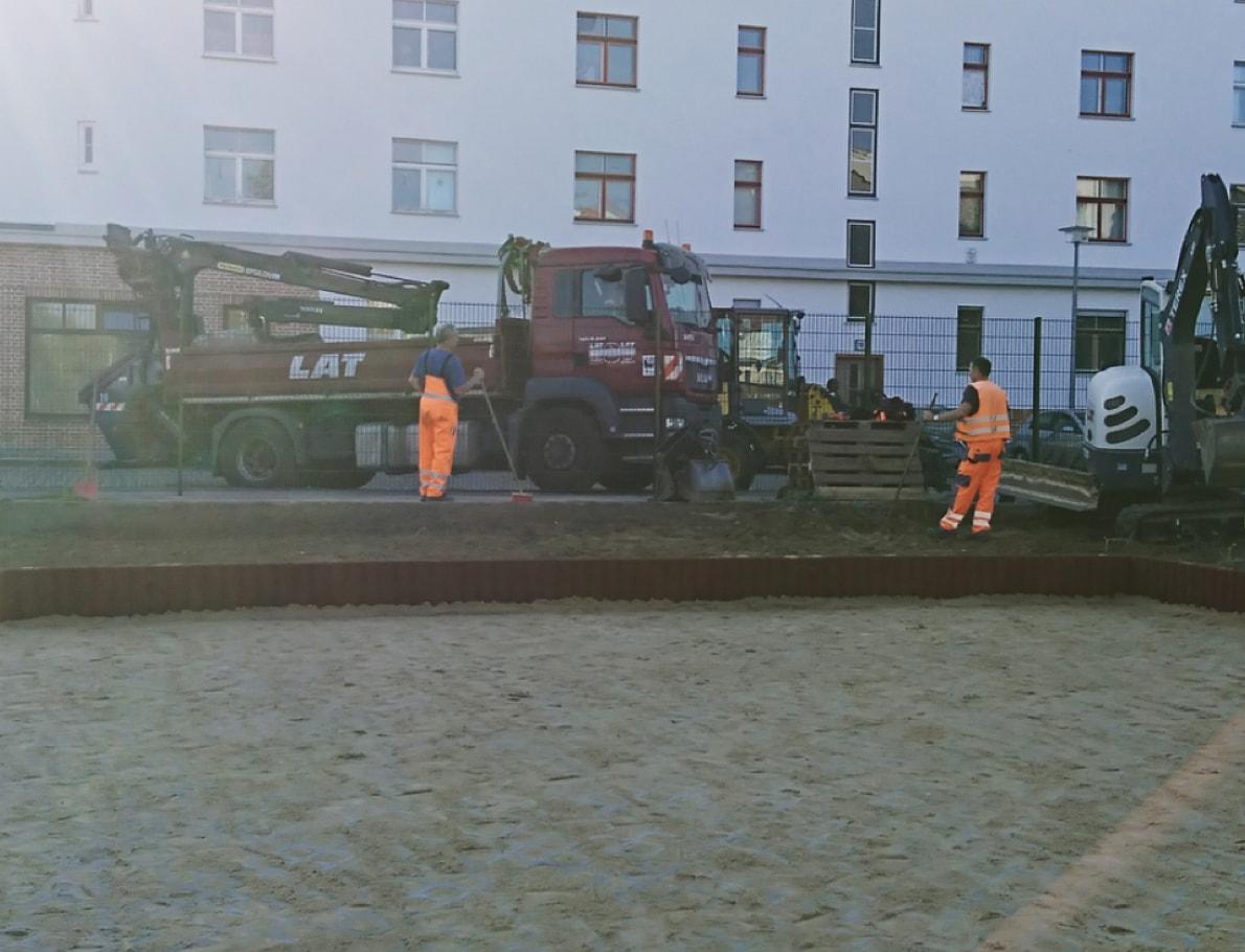 Nachhaltig für die Umwelt - LAT Mitarbeiter mit LKW und Bagger auf Baustelle